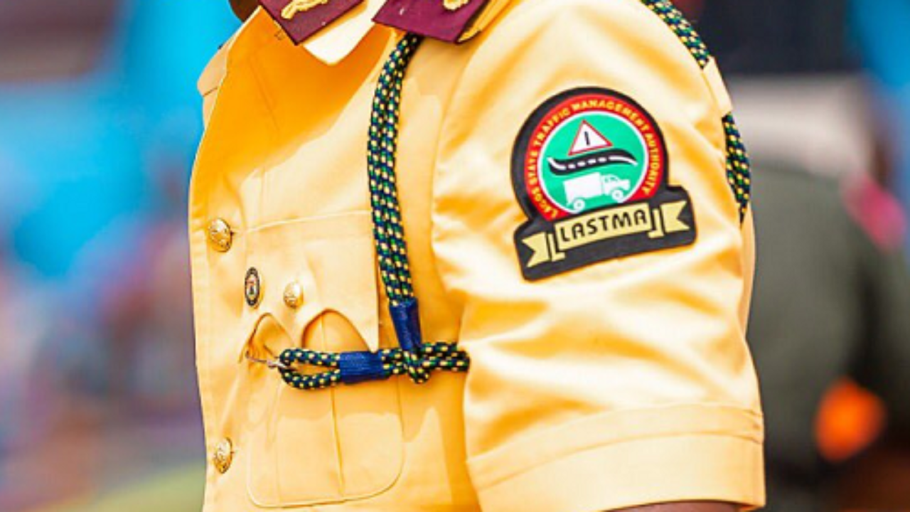 HAPPENING: LASTMA Officials Demand N100,000 From Drivers Fleeing Robbery Scene